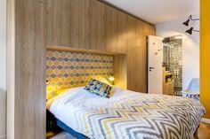 Un rangement en tête de lit dans la chambre d'Audrey à Jouy-en-Josas