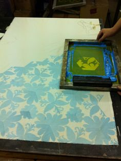 Use translucent ink to make easy, organic, translucent patterns. Diy Screen Printing, Screen Printing Machine, Stamp Printing, Printing On Fabric, Fabric Painting, Textiles, Letterpress, Pattern Design, Decoration