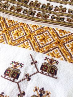 Hungarian Embroidery, Folk Embroidery, Embroidery Patterns, Cross Stitch Patterns, Machine Embroidery, Latest Embroidery Designs, Embroidered Clothes, Antique Quilts, Beading Projects