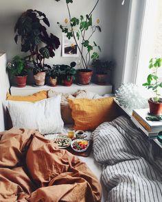 lav samme ide med sengesent i forskellige farver, og tilføj ekstra puder (så kan man også bruge dem mod den anden væg og lave det lidt sofa agtig). Lav også en kasse selv i hvis som gavl bag sengen og brug det som natbord/til planter