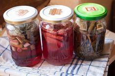 Era timpul sa ma apuc si de urmatorul leac de gradina: extractul de usturoi-ghimbir. Stim despre usturoi ca este un insecto-fungicid, iar despre ghimbir ca este prieten cu imunitatea. Ceea ce nu stiam pana acum, este Mason Jars, Garden, Plant, Garten, Lawn And Garden, Mason Jar, Gardens, Gardening, Outdoor