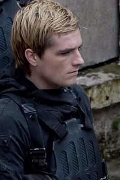 :( so he is kind of looking evil here lol. This movie is going kill, adorable peeta like this! oh boy