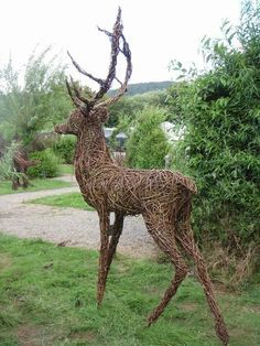 Ah this fella is exactly what I was thinking of having in my dining room this Christmas. Although I'd love it this size and have the room for it, I really should try make a smaller version.to start off with at least :-). Garden Animal Statues, Garden Animals, Willow Weaving, Basket Weaving, Driftwood Sculpture, Sculpture Art, Willow Garden, Twig Art, Animal Puzzle