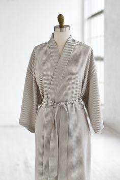 Seersucker Kimono Robe Taupe   White  Luxury  Spa  Robe  Plush  pamper  bath 65c2dc3f3