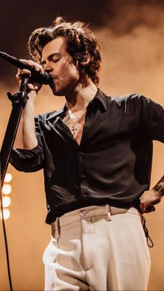 harry styles outfits best outfits - Page 3 of 100 - Celebrity Style and Fashion Trends Harry Edward Styles, Harry Styles Fotos, Harry Styles Mode, Harry Styles Pictures, Harry Styles Style, Harry Styles Fashion, Harry Styles Concert, Harry Styles Imagines, Harry Styles Singing
