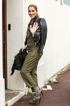 De passage à Paris avant le début de sa tournée européenne, Céline Dion est apparue rayonnante à la sortie de son hôtel, le Royal Monceau. Elle délaisse le total look noir pour des tenues colorées.