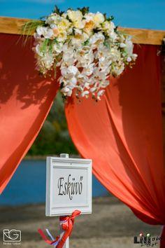 Fő az összhang: fehér és korall. Table Decorations, Beach, Wedding, Home Decor, Valentines Day Weddings, Decoration Home, The Beach, Room Decor, Beaches