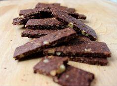 Des petits biscuits craquants et chocolatés qui accompagneront merveilleusement un thé ou un café. Le croquant des noix, l'intensité des pépites de chocolat et du cacao en font une mini gourmandise tellement agréable que votre palet en demandera encore et encore… Un biscuit allégé en beurre, dont une partie est remplacée par de la noix en poudre qui permet d'apporter du croquant. La quantité de sucre ajoutée est réduite car l'ajout de pépites de chocolat donnent plus de goût aux biscuits.
