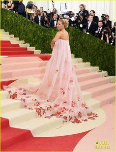 Blake Lively en robe rose au Met Gala 2016 avec cap