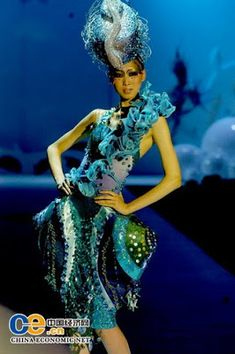 From a makeup fashion show in Beijing in Designing these costumes would be the most awesome job ever. Fashion Show Themes, Fashion Show Party, Sea Creature Costume, Under The Sea Costumes, Fish Fashion, Sea Dress, Fairytale Fashion, Under The Sea Party, Sea Theme