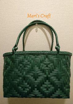 クラフトバンドで作成した網代編みのバッグ(紙製) Bamboo Weaving, Basket Weaving, Crotchet Bags, Japan Crafts, Sewing Case, Barn Wood Crafts, Painted Leaves, Basket Bag, Canvas Crafts