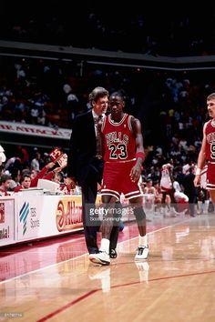 Fotografia de notícias : Michael Jordan of the Chicago Bulls walks off the...