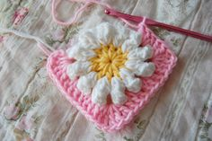 tillie tulip - a handmade mishmosh: Adding rounds to the daisy