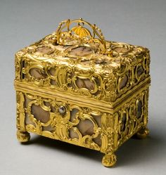 Case with Grooming Implements (Nécessaire), manner of James Cox or James Barbot, c.1750 (agate & gold)
