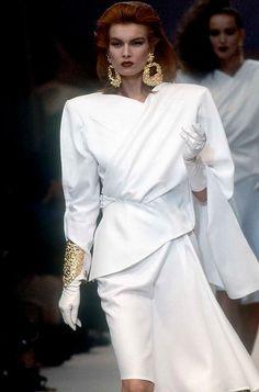 Thierry Mugler... phong cách ăn mặc sang trọng thể hiện quyền lực cho nữ giới với gang tay. trang điểm đậm có miếng độn vai