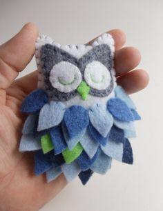 Felt Owl Ornament - color ideas whites/grays/silvers, touches of pink? Felt Owls, Felt Birds, Fabric Crafts, Sewing Crafts, Sewing Projects, Owl Crafts, Crafts To Do, Felt Christmas Ornaments, Christmas Crafts