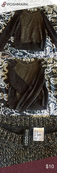 H&M Sweater H&M cropped sweater in black with shimmery gold stitching! In GREAT condition 💕 Looks cute with high wasted jeans or pants! Size Small. H&M Sweaters