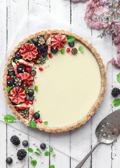 No Bake white chocolate ganache tart Vegan gluten free-Looking for a recipe to make for mother's day tomorrow? I've got an easy recipe for you. It's my irresistible vegan white chocolate ganache tart. It's perfect for mother's day or any occasion. It's s Ganache Torte, Chocolate Ganache Tart, Vegan White Chocolate, Cake Chocolate, Baking Chocolate, Chocolate Mouse, Chocolate Recipes, White Chocolate Cheesecake, Chocolate Snacks