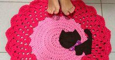 Patrón gratuito para hacer una alfombra de trapillo con detalle de gatito de fieltro, ideal para decorar habitaciones infantiles.