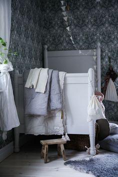Här var det tapet! Kids Bedroom, Kids Rooms, Baby Kids, Bed Pillows, Pillow Cases, Ikea, Blanket, Interior, Inspiration