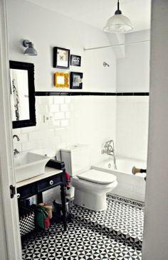 suelo, mueble recuperado para el lavabo, detalles en color... me encanta este baño