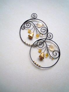 Kolečko se zvonečkem téměř zlatým Drátované kolečko z černého vázacího drátu dozdobené skleněnými korálky,lístečky a skleněným mačkaným korálkem ve tvaru zvonečku. V barvě zlatavomedové. Kolečka můžete zavěsit na zeď, na vlasec do okna, položit na zimní misku s ovocem a ořechy....... Cena za 1 ks Průměr kolečka: 8 cm