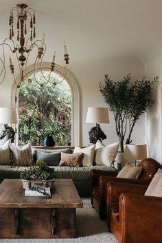 Casa Soho, Interior Natural, Dark Wooden Floor, Farmhouse Style Table, Green Sofa, Decoration Inspiration, Diy Home, Spanish Style, Living Room Inspiration