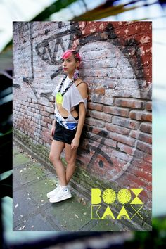 © BOOX KAAX Ѧ Ѧ Ѧ INSTINTO / BOOX KAAX / 13. 2 Ѧ Ѧ falda galaxia / blusa torso libre / collar círculo neón/ aretes orión https://www.facebook.com/photo.php?fbid=628600873847931&set=a.628600787181273.1073741836.252241401483882&type=3&theater  #handmade #limitededition #neon #necklace #blackskirt #pinkhair #sidebraid