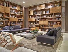 """Rodeada por livros, esta sala ganhou status de biblioteca com projeto da arquiteta Gisele Taranto para a Mostra Decora Lider, da Lider Interiores. A estante em """"L"""" de madeira, com nichos abertos e …"""