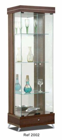 A Cristaleira Pérola é espelhada, possui os pés fixos, uma gaveta e 02 portas. As linhas retas diferenciam a cristaleira dos antigos traços rebuscados. Disponível em outros acabamentos. Medidas: 55 x 175 x  35 cm. http://www.moradamoveis.com/