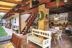 Zo stodoly za domom Ala  a Pavol vytvorili príjemný  otvorený, ale zastrešený  spoločenský priestor  na posedenia s priateľmi,  s rodinou. Zväčšený je ešte  o terasu pod pergolou. Drevené  schody vedú pod strechu,  kde sú matrace a podušky  na oddych. Aby nemuseli  v stodole robiť náročný strop,  prekryli ju len prútenými  panelmi.