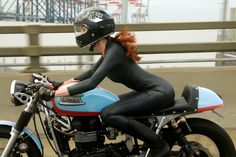 Awesome Triumph Cafe Racer Girl #motorcyclesgirls #chicasmoteras | caferacerpasion.com