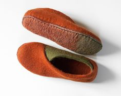 Cinnamon olive envelope slippers Felted slippers Handmade footwear wool felt slippers Eco friendly shoes home shoes Cozy spring shoes Grey Slippers, Felted Slippers, Felt Shoes, Felt Material, Leather Label, Recycled Leather, Linen Bag, Wool Felt, Footwear