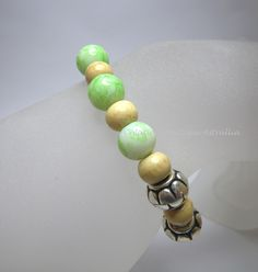 Bracelet élastique en perles de verre et perles en bois vernis « Clémence » par Boutique Astrallia : Bracelet par boutique-astrallia