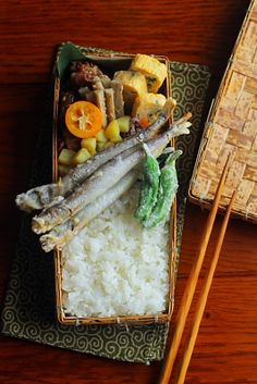 白米ししゃもの天ぷら豚肉の甘辛炒め青葱入り卵焼き牛蒡の胡麻酢和えもやしと韮、人参のゆかり和え粉吹きさつま芋しし唐の天ぷら完熟金柑今日は「ししゃもの天ぷら」が主役のお弁当。ししゃもを一手間掛けて揚げました。たまにハズレ?があって、ジャリっとす