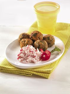 Pilzbällchen mit Radieschenrahm   Auch ein vegetarisches Gericht kann wertvolles Eiweiß liefern: Pilze, Quark und Ei machen's möglich.