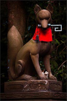 kitsune (fox) holding a key in its mouth, fushimi Inari-taisha shrine, kyoto, japan