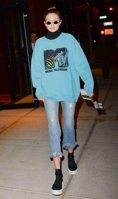 600c1fb9d Gigi Hadid, blusa de bola alta, moletom azul claro, jeans destroyed com  barra