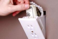 Hidden Outlet Wall Safe. Hidden Outlet Wall Safe è un piccolo nascondiglio a forma di presa di corrente, ideali per banconote, carte di credito, gioielli e altri oggetti.