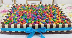 Veja ideia de bolo quadrado com bis branco e preto Chocolate Bis, Christening, Sprinkles, Pasta, Candy, Painting, Food, Colorful Cakes, Decorating Cakes