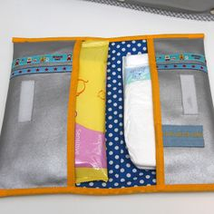 Luieretui zelf maken Jip by Jan tutorial Diaper and wipes holder Bag Patterns To Sew, Baby Patterns, Sewing For Kids, Baby Sewing, Sewing Ideas, Baby Needs, Baby Love, Couches, Baby Wipe Holder