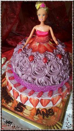 Un beau gâteau pour une princesse de 5 ans et pour contenter tout le monde, deux gâteaux pour cette occasion, une base chantilly/mascarpone et le haut (la robe) fourré à la ganache au chocolat ***************** la base de la poupée : une génoise (x2fois...