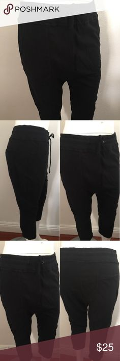James Perse Women Sweatpant Size L Pre-owned casual comfort cropped James Perse Women sweatpants in Good condition.  Drawstring elastic waist. James Perse Size Guide: 3 equivalent to L James Perse Pants Track Pants & Joggers