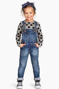 Salopette en denim -- Visit shop mode here -- femme tendance h. Baby Outfits, Outfits Niños, Little Girl Outfits, Little Girl Fashion, Toddler Girl Outfits, Toddler Fashion, Kids Fashion, Baby Dresses, Denim Outfits