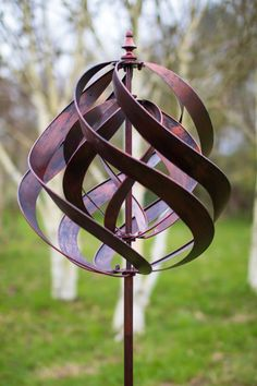 Garden Wind Spinner Sculpture add a little movement and further interest to the garden with these innovative 'wind-mills'. Designed to move with the breeze, these pieces comprise of, in most cases, dual movement 'sails' and are silent in motion. Kinetic Wind Spinners, Garden Wind Spinners, Recycled Garden Art, Metal Garden Art, Fairy Doors On Trees, Indian Arts And Crafts, Wind Sculptures, Kinetic Art, Wind Chimes