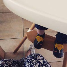 Oh les jolis petits pieds ! Repost @penelope_pivoine) Samedi matin. Je t'aime.   #lespoulpesenpantoufles #cestleweekend #Enfin #Samedi #pantoufles #pyjama  #famille #bobuxshoes #bobux #childwood