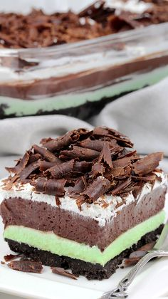 Mint Chocolate Lasagna - Sweet Spicy Kitchen Mint Chocolate Lasagna easy no-bake dessert with layers of Oreo crust, Mint cream cheese, Chocolate pudding, Whipping Cream and Chocolate Curls on top. Mint Desserts, Layered Desserts, Easy No Bake Desserts, Great Desserts, Delicious Desserts, Yummy Dessert Recipes, Icebox Desserts, Mint Chocolate Chips, Chocolate Recipes