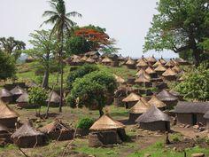 village tanéka accroché à flan de colline