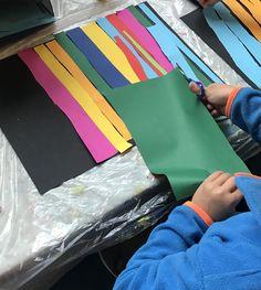 Heute führte ich die Schere ein. Wir lernten, wie man die Schere richtig hält und wie man schneidet. Als Übung dazu schnitten wir Streifen und klebten sie auf schwarzes Papier. Daraus gab es eine Leim- oder Malunterlage für die Kids.