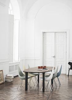 Dining Room ǁ Fritz Hansen products: Analog™ table by Jaime Hayon & Drop™ chair & Grand Prix™ chair by Arne Jacobsen - Picture by Republic of Fritz Hansen
